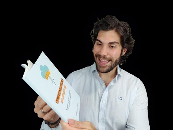 Roberto Sanz leyendo el libro de Criptomonedas en Español Primeros Pasos